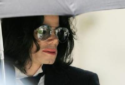 Almotamar Net - Michael Jackson asked me in a private conversation if Id be willing to donate sperm on his behalf, says Lester. One of Michael Jacksons closest friends, the former child star Mark Lester, has claimed he is the real father of the singers daughter and would willingly take a paternity test to prove it.